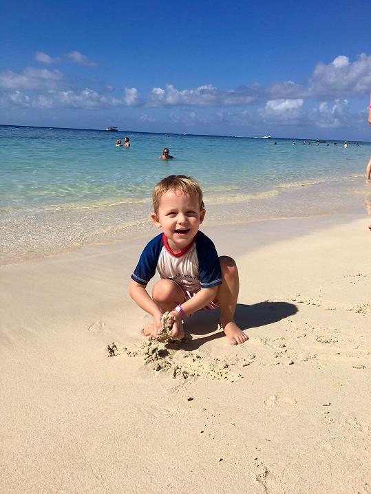 Syn Nevio je na pláži ve svém živlu.
