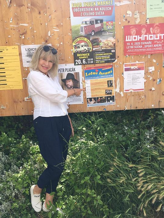 Švandová v okolí své chalupy vyvěsila divadelní plakáty.