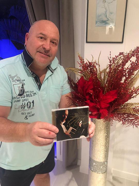 Hitmaker letos vydal i album vánočních písní.