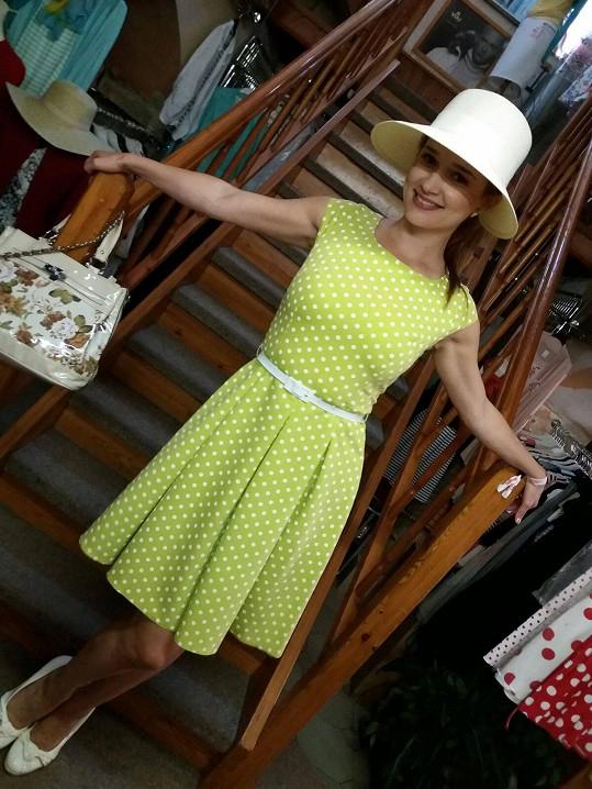 Pólo je společenskou událostí žádající si patřičný dress code. Zuska vklouzla do retro zelených šatů s puntíky a na hlavu nasadila, jak jinak, klobouček. Samotnou akci si užila, i když v pražské Chuchli nevyhrál tým jejího partnera (zvítězil tým Moser), ani ona o nejlepší ozdobu hlavy.