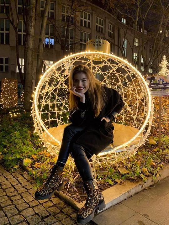Mladá zpěvačka se těší na vánoční pohodu.