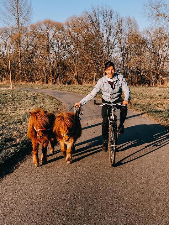 Milan se s nimi projíždí na kole.