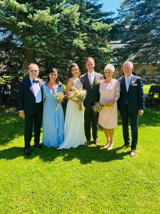 Novomanželé Eliška a Petr s rodiči