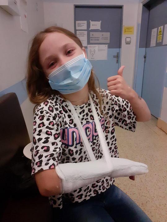 Na klouzačce se vážně zranila.
