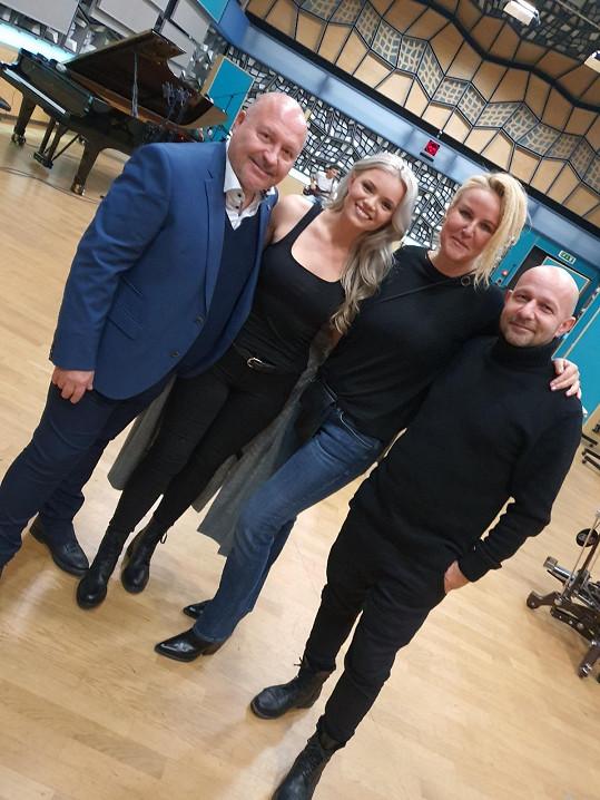 Veronika s Michalem, producentem Peterem Fiderem a prezidentkou nadace Kapka naděje Vendulou Pizingerovou