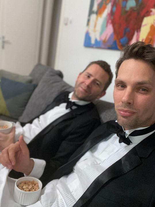 Laco a Pavel při sledování přenosu z Vídeňské opery. Oba ve smokinzích.
