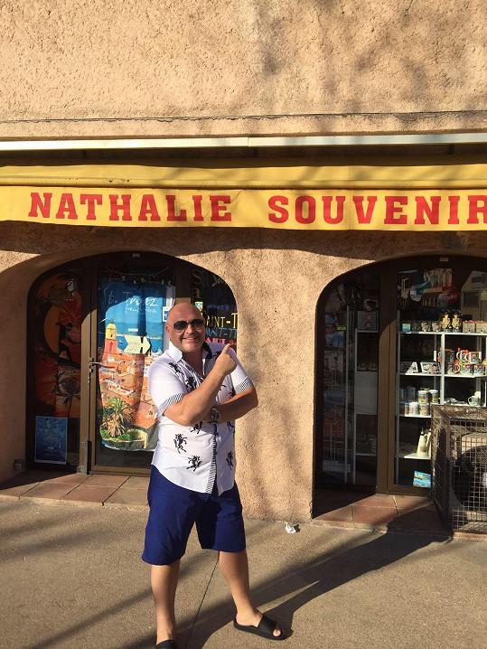 Na jihu Francie relaxoval s manželkou jen pár dní.