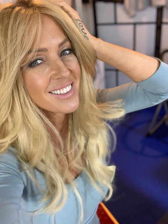 V blond paruce ve stylu Britney to Zuzaně slušelo.