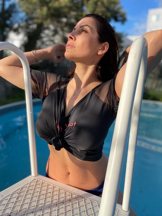Eva Decastelo předvedla své přednosti v bazénu.