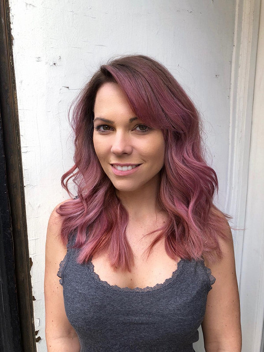 Vlasy má nyní fialové.