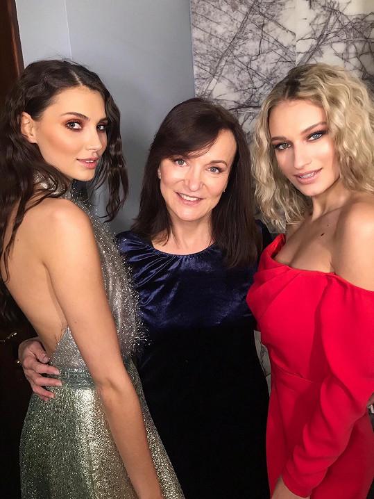 Návrhářka s modelkami Karolínou Kopíncovou a Kateřinou Kasanovou