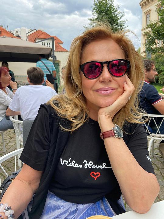 Dagmar Havlová vytvořila projekt triček s podpisem Václava Havla v rámci nadační pomoci.