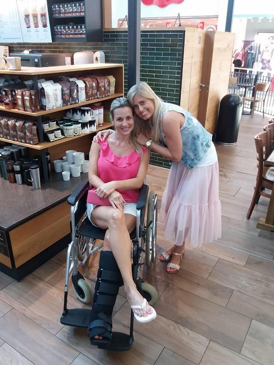 Do restaurace nebo na kávu ji vyvezou na vozíčku.