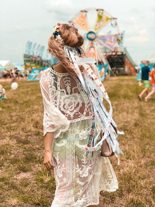 Skvěle se jí hodila k transparentním šatům.