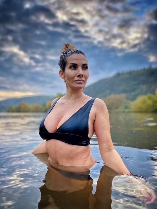 Eva nemá problém ukázat tělo bez filtrů a přiznává špíčky.