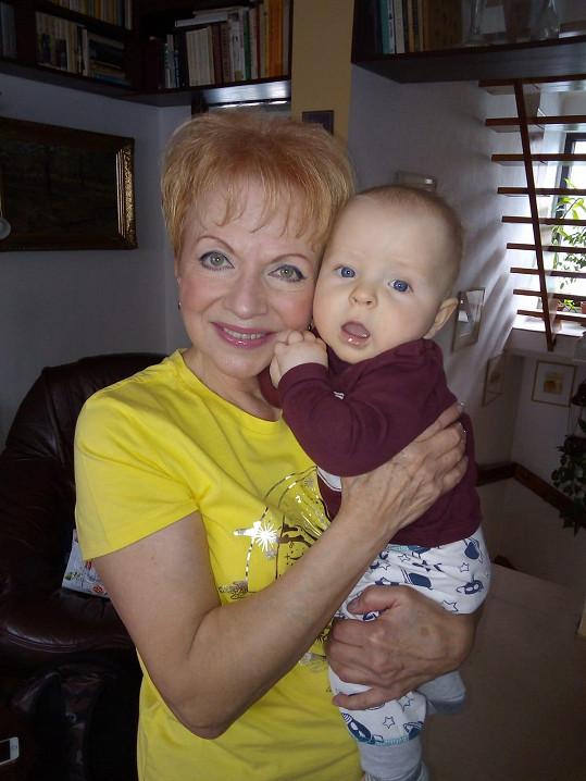 Díky synovi Lukášovi (32), kterého má se svým třetím mužem, je babičkou 2,5letého Františka. Tady mu byl rok.