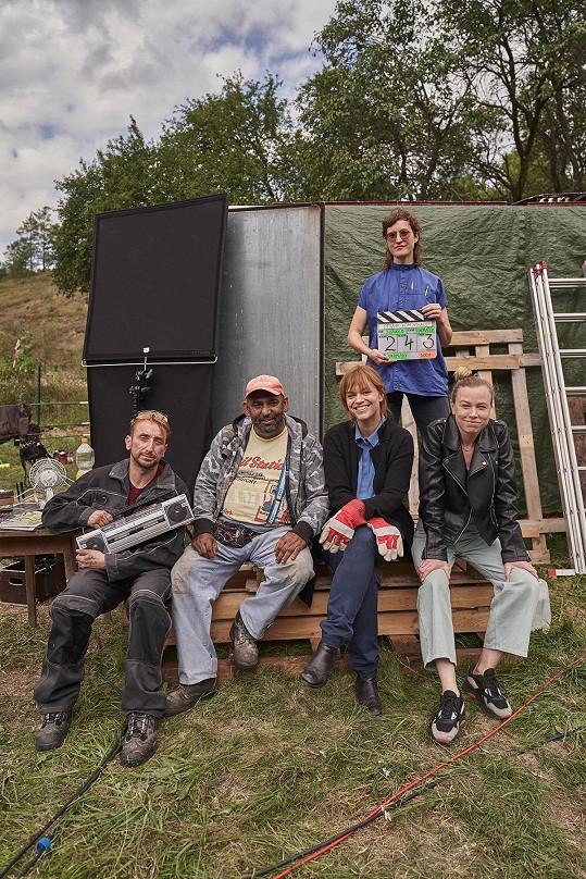 Herci spolu s režisérkou Terapie sdílením Johanou Ožvold (nahoře) a autorkami projektu Ester Geislerovou a Josefinou Bakošovou (vpravo).