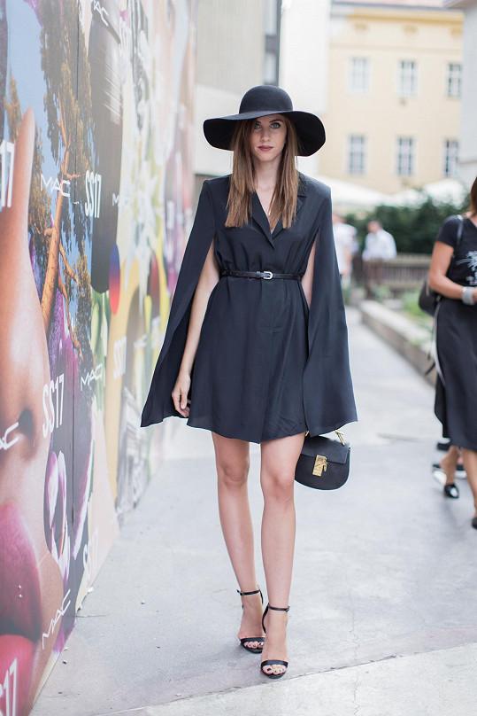 Poslední blok přehlídek absolvovala Barbora Ondráčková v šatech Petry Balvínové inspirovaných propínacím kabátem s pláštěnkou. Základ blogerka doplnila kloboučkem s širokou krempou, kabelkou s výraznou sponou a páskovými sandály na vysokém podpatku.