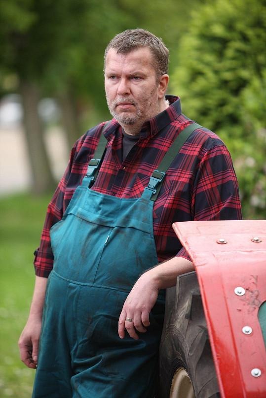 Zachmuřený traktorista v podání známého zpěváka.