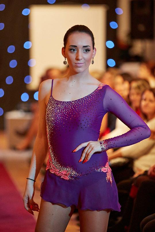 Návrhářka připravuje krasobruslařské šaty pro Adélu Čížkovskou.
