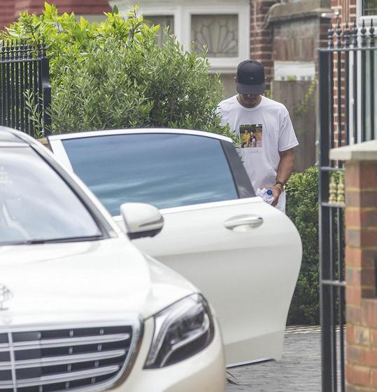Lewis Hamilton opouští zpěvaččin dům jen minutku po ní.
