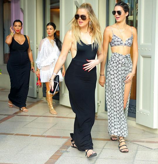 Kourtney se sestrami Kim, Khloé a Kendall na nákupech na St. Barts.
