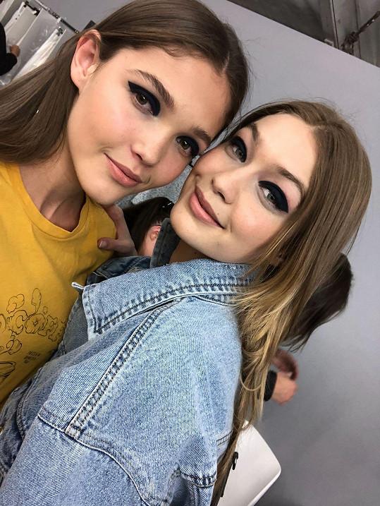 Na přehlídce Chanel šla po jednom mole s Gigi Hadid.