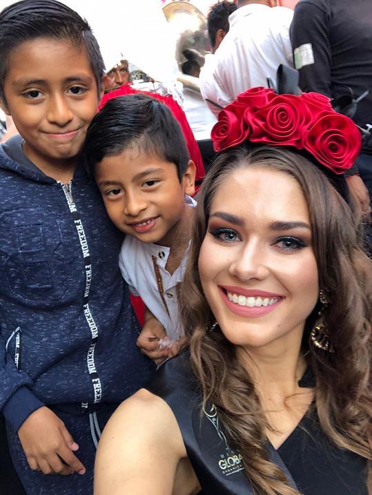 Karolína s místními dětmi