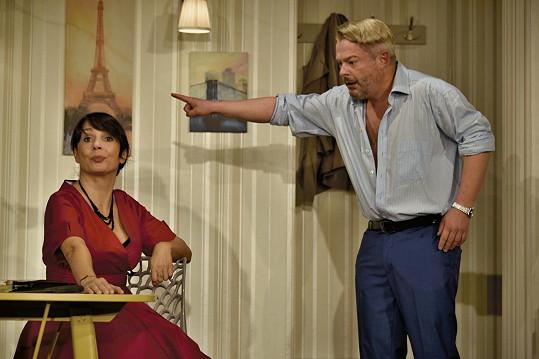 Jeho manželku hraje Nela Boudová.