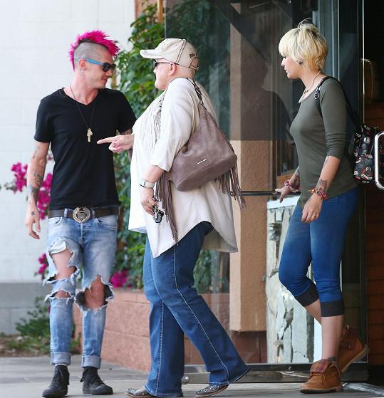 Michael klame vizáží, ale takhle podržel dámskému doprovodu dveře při odchodu z restaurace...