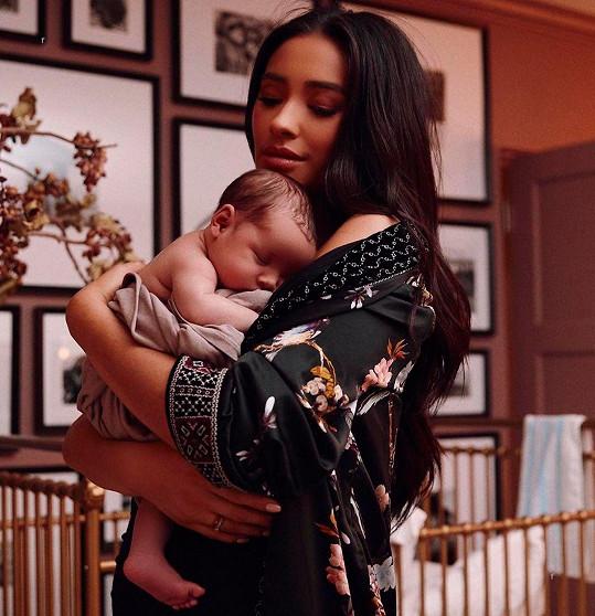 Hvězda Prolhaných krásek Shay Mitchell v říjnu porodila dceru Atlas Noa. Ona i partner Matte Babel se stali rodiči poprvé.