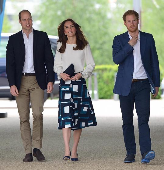 Prince Williama a Harryho čeká první setkání po dlouhých měsících. Napjatou atmosféru mezi bratry má pomoci uvolnit vévodkyně Kate.
