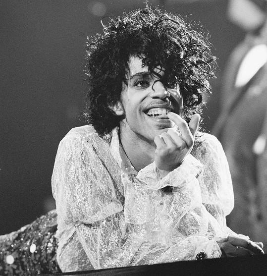 Zpěvák by letos oslavil 62. narozeniny. Foto z turné k albu Purple Rain (Fialový déšť).