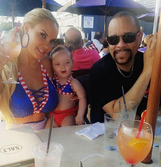 Manželka rapera Ice-T, s nímž má téměř dvouletou dcerku, tímto způsobem oslavila svoji jedenadvacetiletou kariéru glamour modelky.