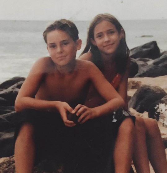 Herečka v době, kdy byl její bratr pohřešovaný, sdílela několik společných fotografií z dětství a modlila se, aby se našel živý.