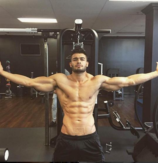 Sam Asghari rád vystavuje své dokonalé tělo.