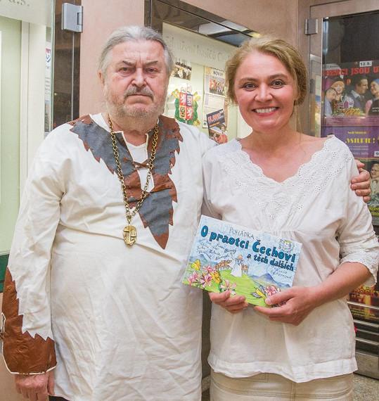 Lucie Seifertová se svojí novou knihou, jejímž kmotrem byl František Ringo Čech.