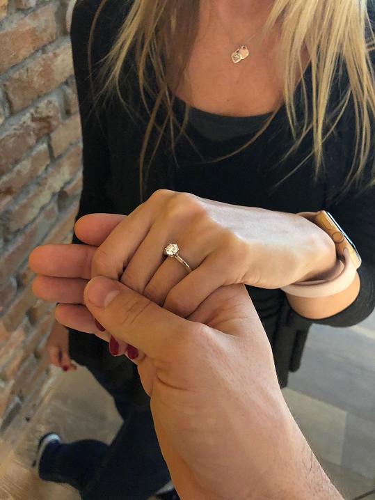 Tohle je její zásnubní prsten.