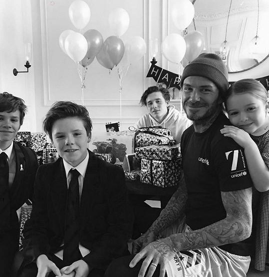 David Beckham se syny (zleva) Romeem, Cruzem, Brooklynem a dcerou Harper
