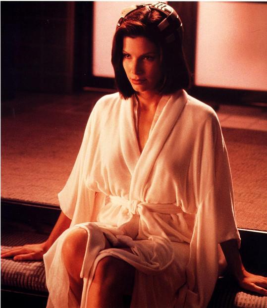 Takhle Sandra provokovala v roce 1993 ve filmu Demolition Man.
