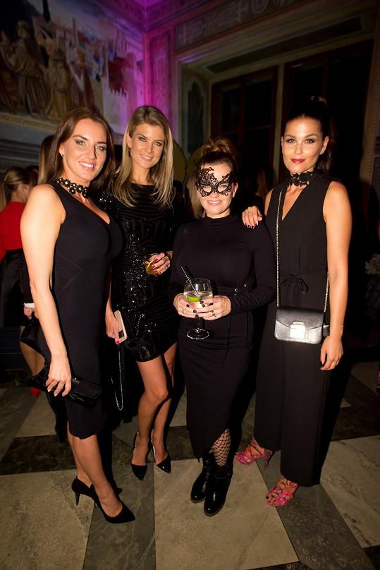 Lucie Šlégrová s Ivetou Vítovou, Martou Jandovou a Elisavet Charalambidu na párty k vyhlášení Vůně roku
