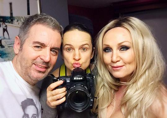 Bára s tvůrčím týmem - fotografkou Lenkou Hatašovou a vizážistou Pavlem Bauerem