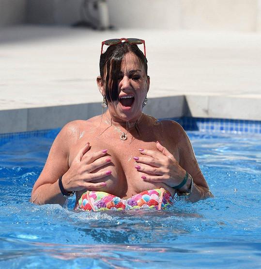 Lisa neustále ukazuje prsa.