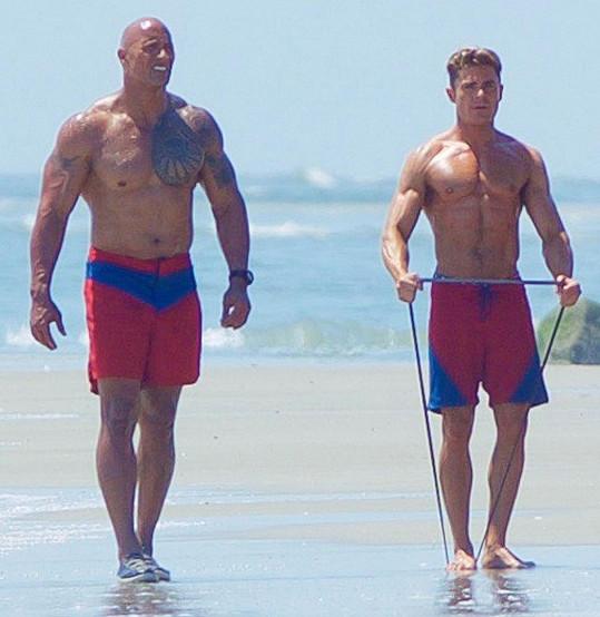 Dwayne Johnson a Zac Efron v nové Pobřežní hlídce