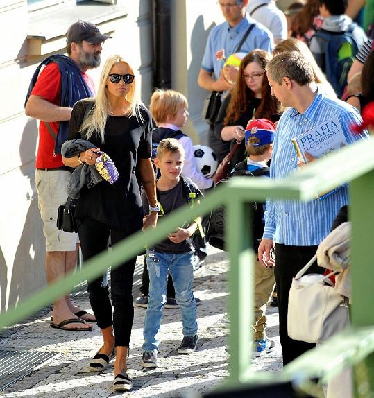 Klára Medková vedla syna Radka poprvé do nové školy.