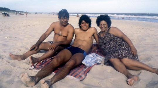 Dokument Asifa Kapadii Diego Maradona nabízí unikátní záběry do fotbalistova soukromí. Maradona na snímku s rodiči.