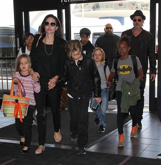 Angelina a Brad cestovali ekonomickou třídou.