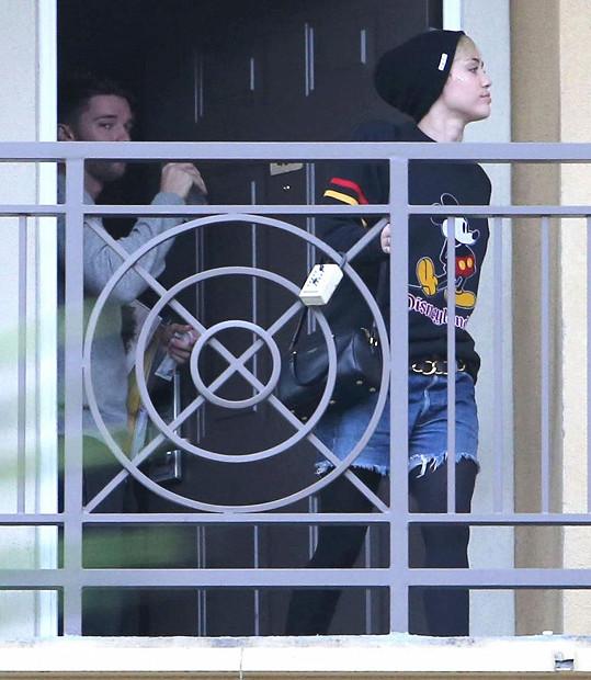 Miley Cyrus opouštěla apartmán Patricka Schwarzeneggera.