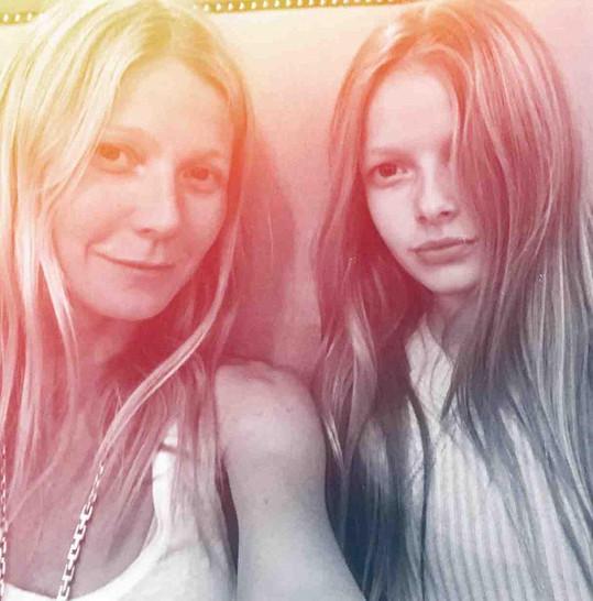 Gwyneth se s dětmi příliš často nefotí. Na snímku s dcerou Apple.