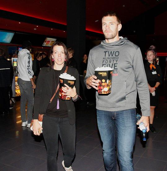 Ondřej Synek zašel s manželkou do kina. Děti ale nechali doma.